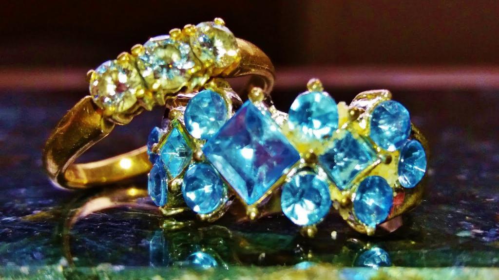 Кольца с драгоценными камнями.