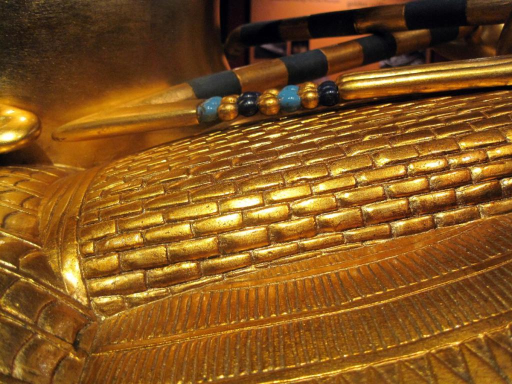 Золотой египетский саркофаг.