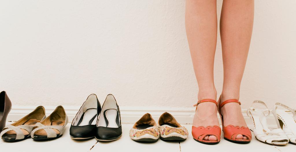 Обувь в сновидении – символ брака; старая, ношеная – к несчастливому замужеству; удобная, подходящая по размеру – к долгому браку; с отломанным каблуком – к спорам с возлюбленным; потерялась туфля или ботинок с одной ноги – есть угроза развода.