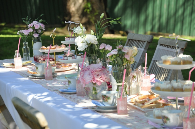 Накрытый стол с цветами