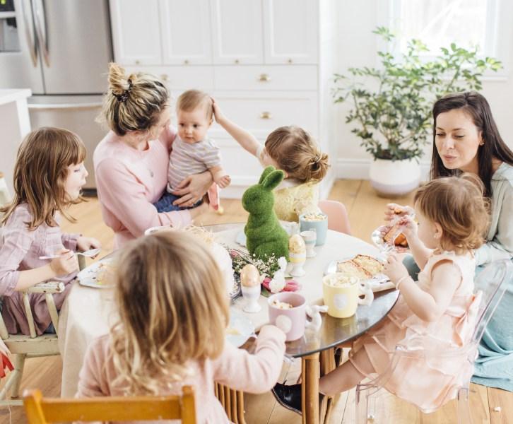 Дети за праздничным столом