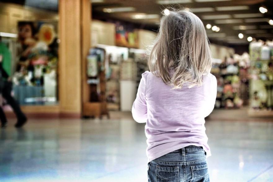 девочка в торговом центре