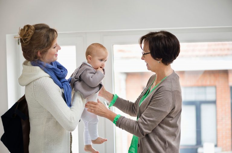 малыша передают взрослые из рук в руки