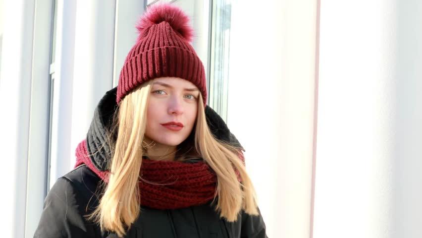 Девушка в красной шапке и теплой куртке.