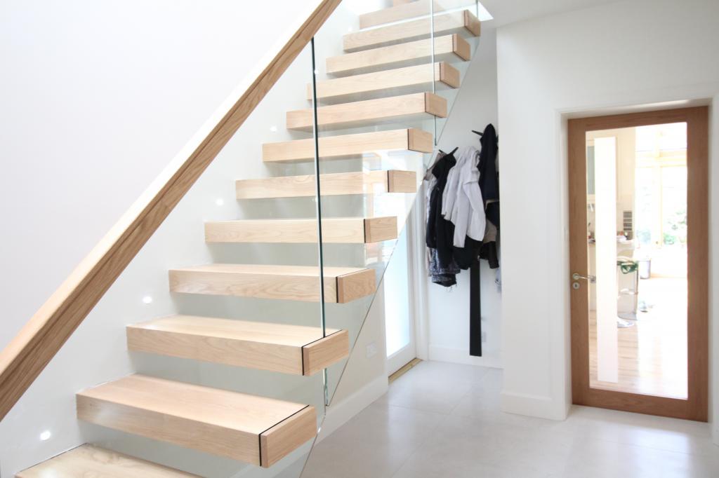Приснившаяся лестница в подъезде обещает, что сновидец добьётся почёта и уважения благодаря упорному труду.