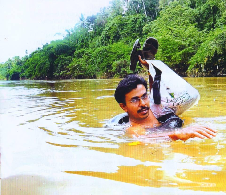 переплывает реку