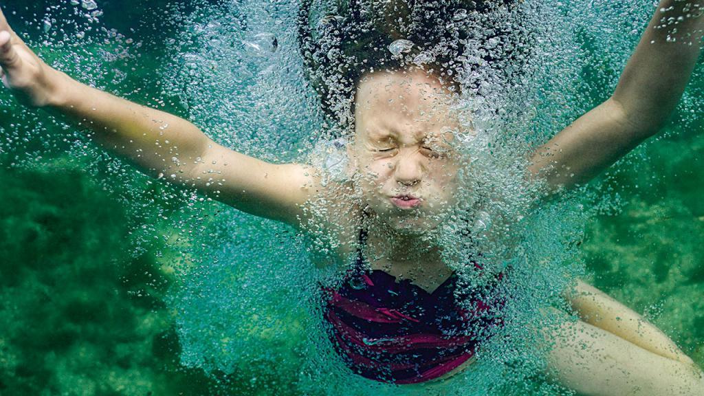 девочка в реке