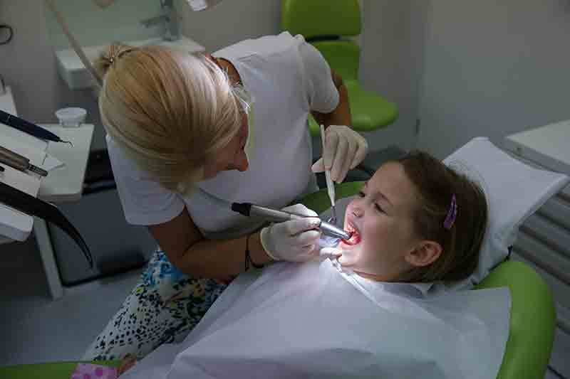 Маленькая девочка и стоматолог