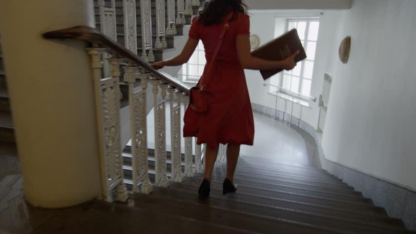 Дойдя во сне до верха лестницы, вы, посмотрев вниз, ощутили головокружение — значит, не сможете перенести нового высокого положения.