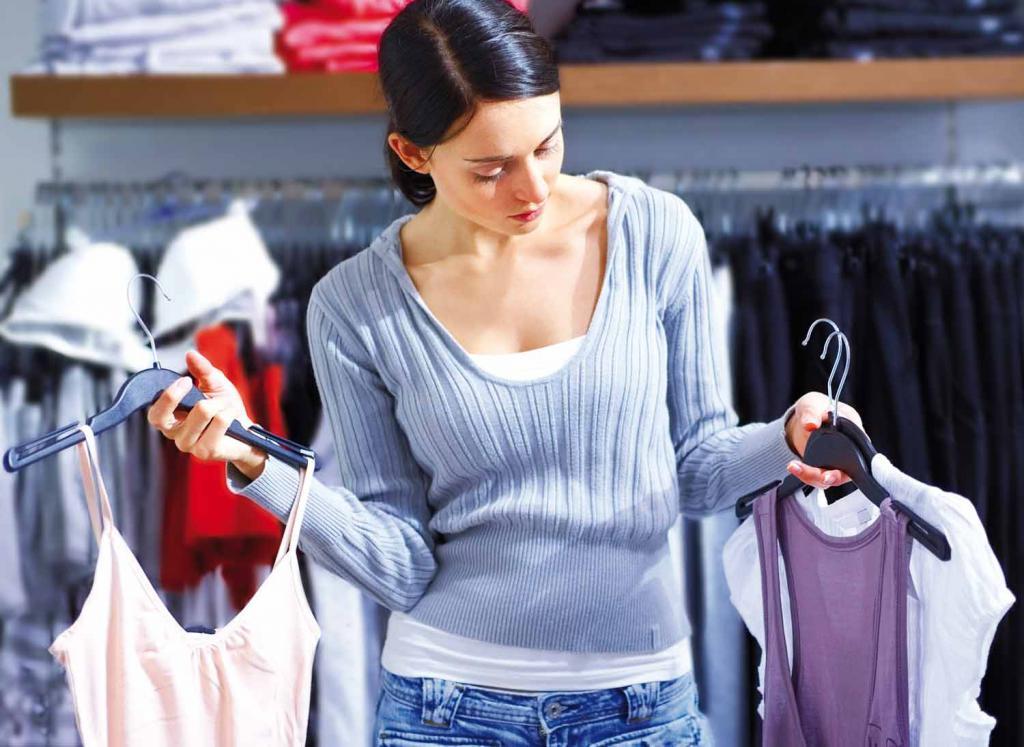 выбирать одежду в магазине