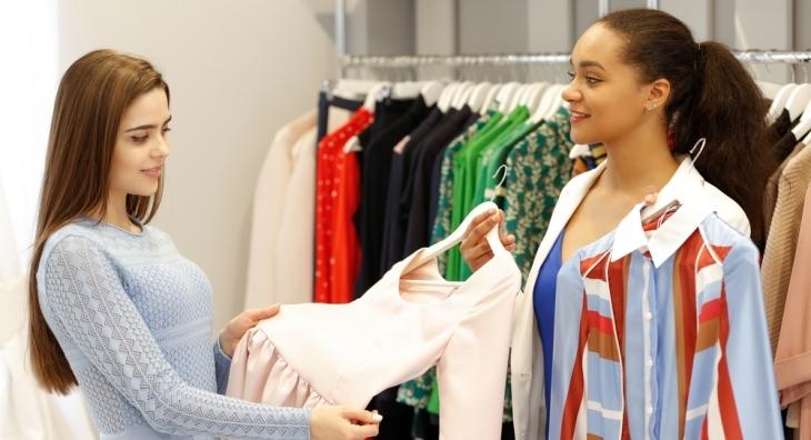 выбирать чью-то одежду