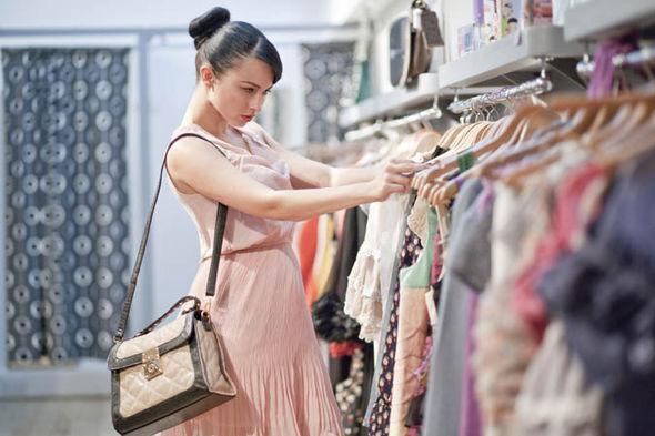 выбирать новую одежду определенного цвета