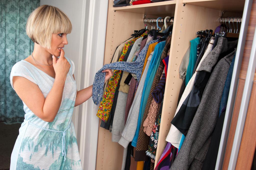сон выбирать одежду в шкафу