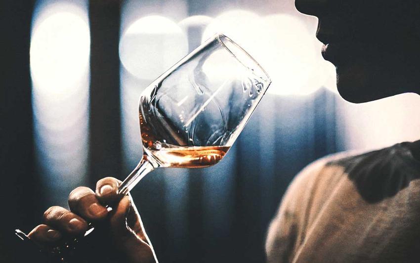 женщина пьет белое вино