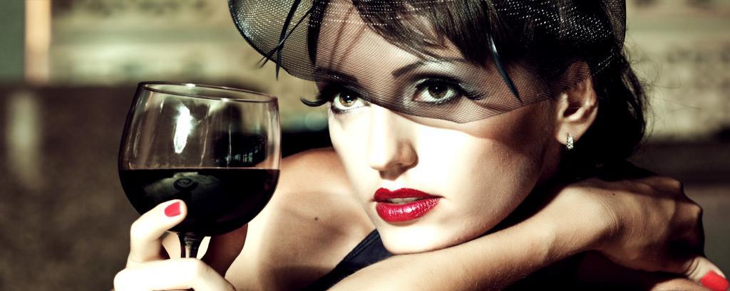 женщина с бокалом красного вина