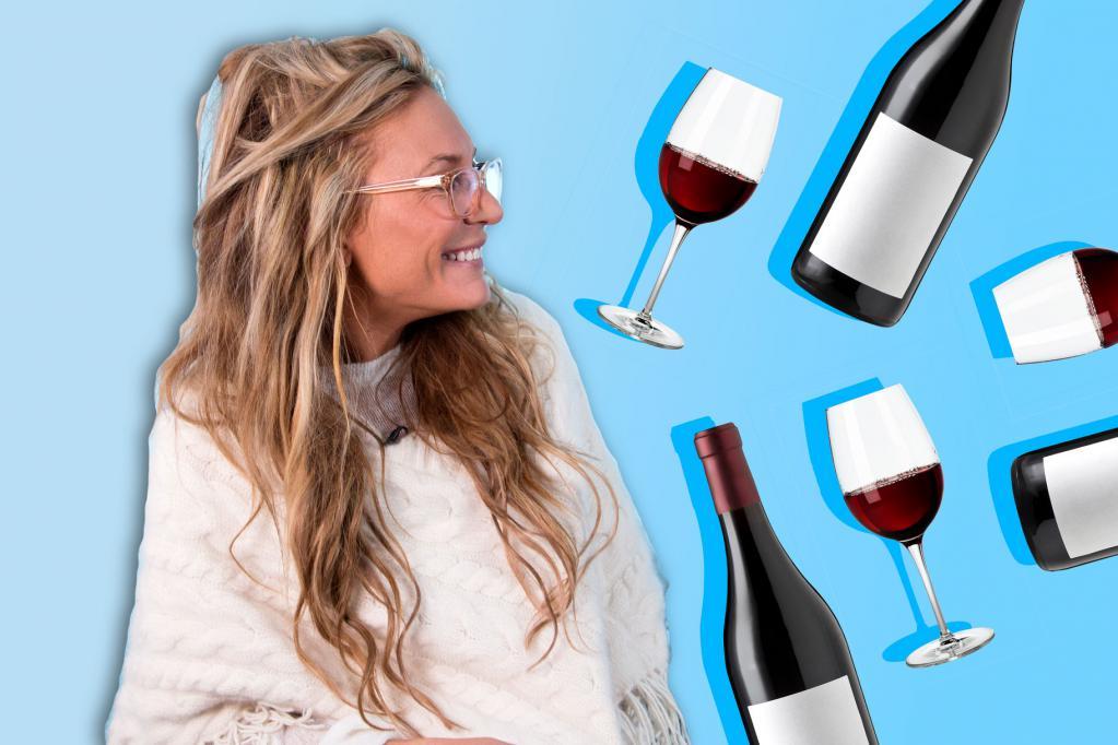 женщина смотрит на бутылки с вином и фужеры