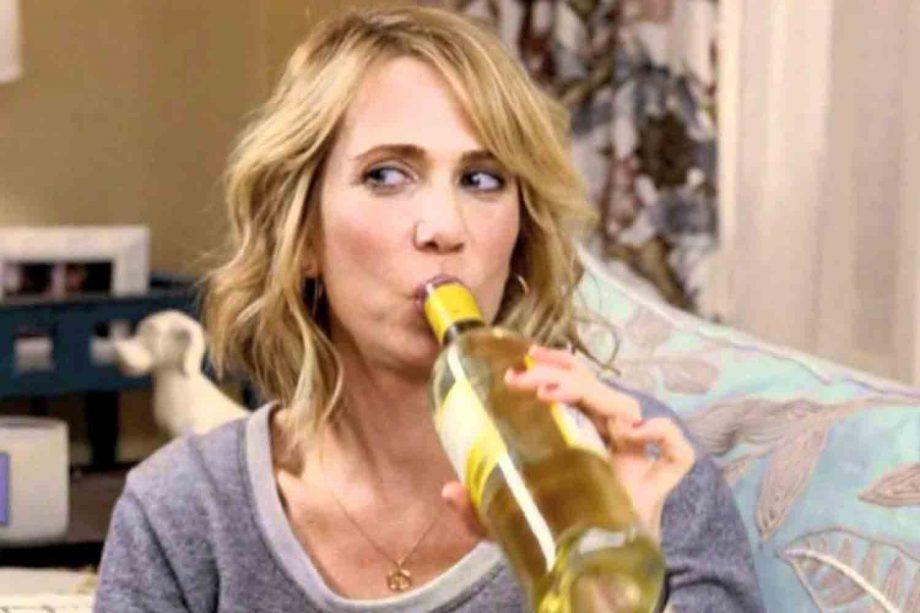 женщина пьет вино из бутылки