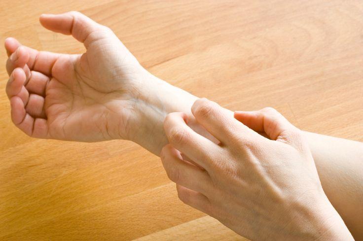 человек чешет руки