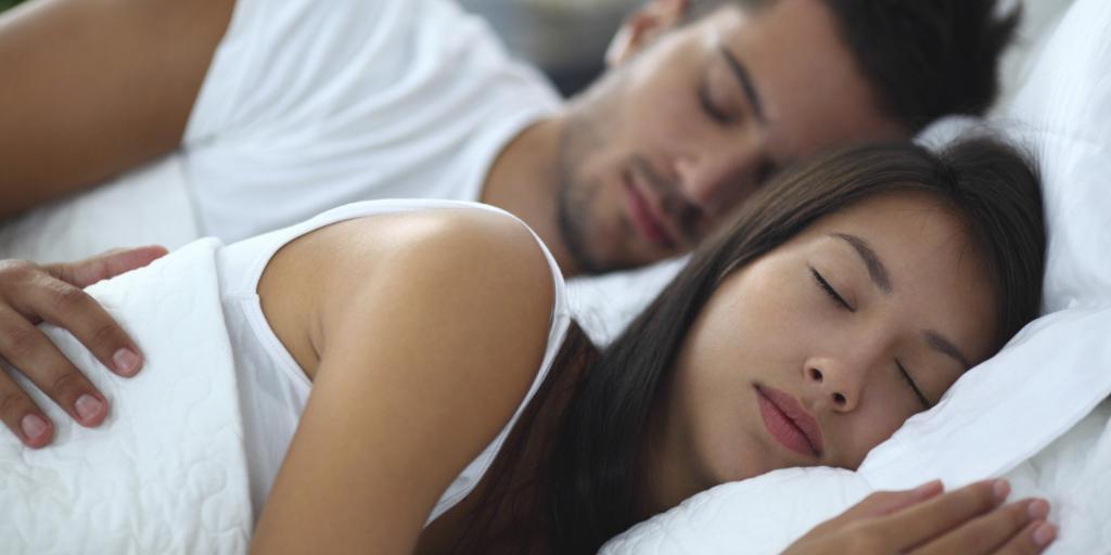 семейная пара спит