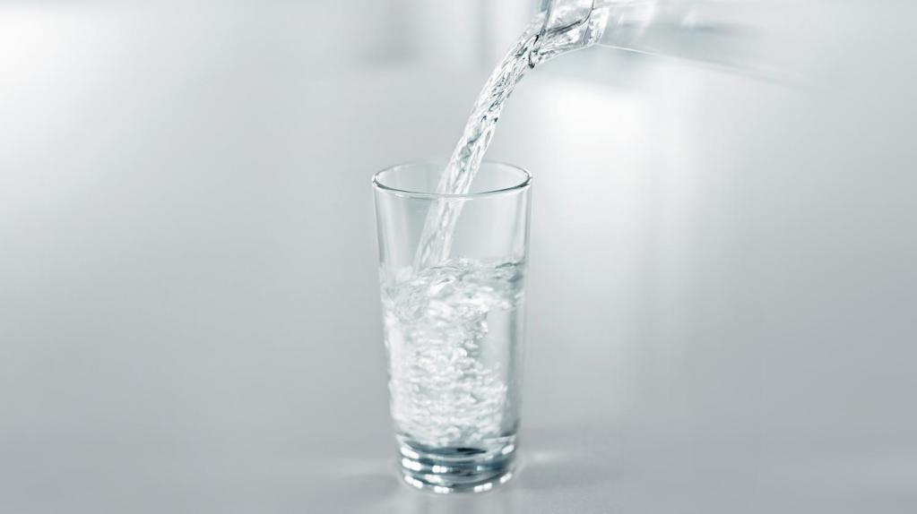 в стакан наливают воду