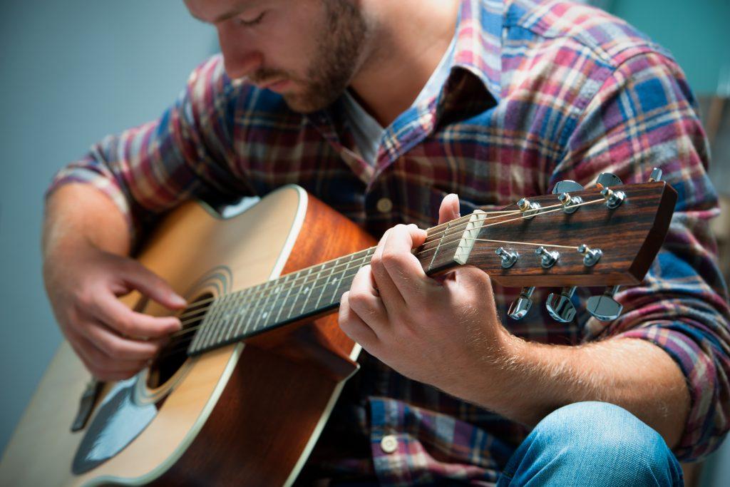 играть на гитаре сонник