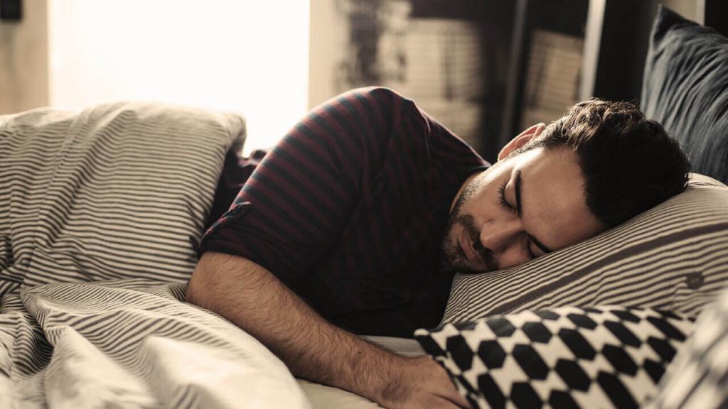 Спящий мужик с другом, анал с тремя красотками порно