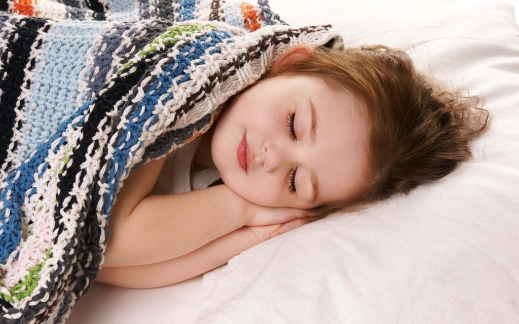 Маленькая девочка спит.