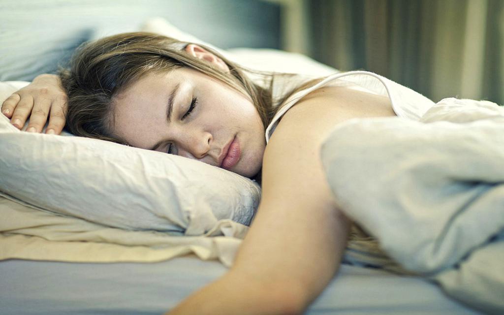 Красивая девушка спит.