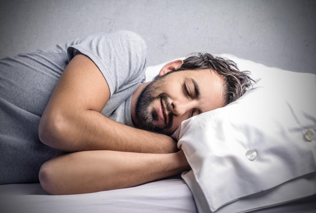 Бородатый мужчина улыбается во сне.