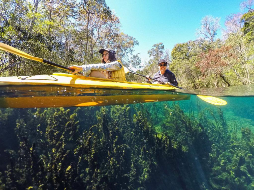 Лодка в прозрачном водоеме