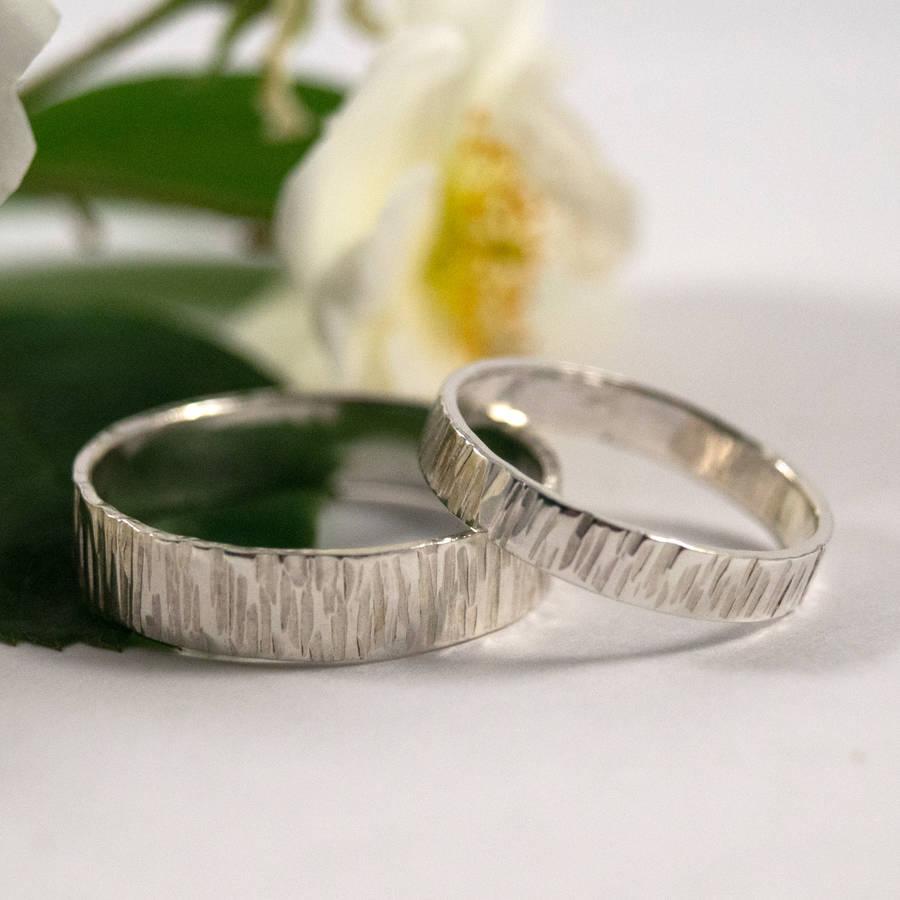Чтобы узнать к чему снится обручальное кольцо, постарайтесь вспомнить, какие чувства преобладали во сне.