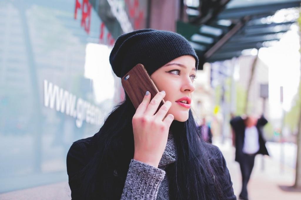 девушка кому-то звонит