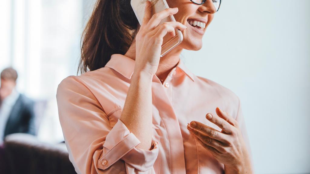 на снимке женщина звонит по телефону
