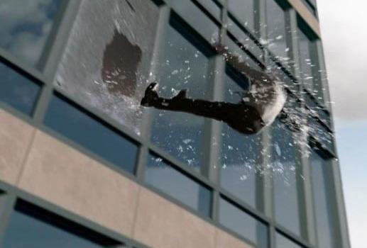 Мужчина падает из разбитого окна.