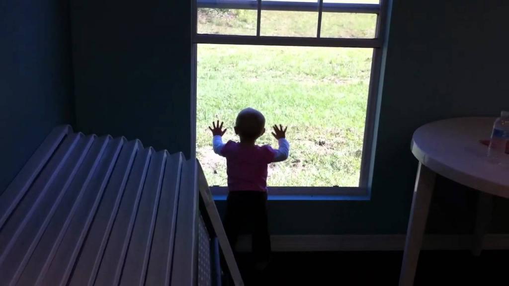 Ребенок возле окна.