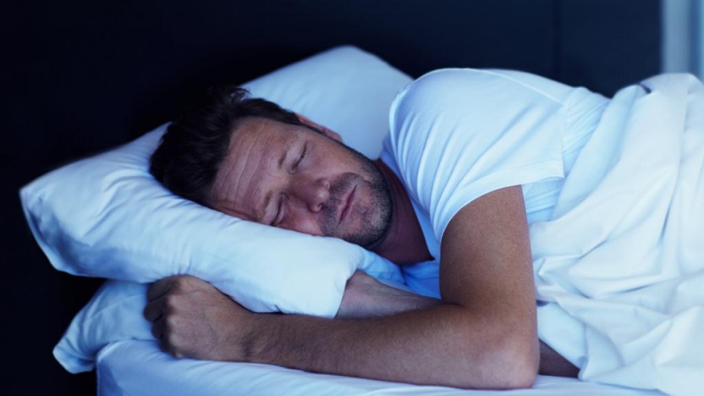 Мужчина мирно спит.