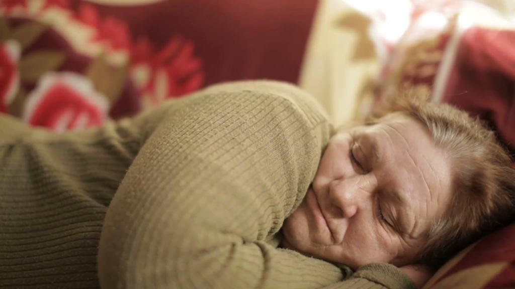 Бабушка спит днем.