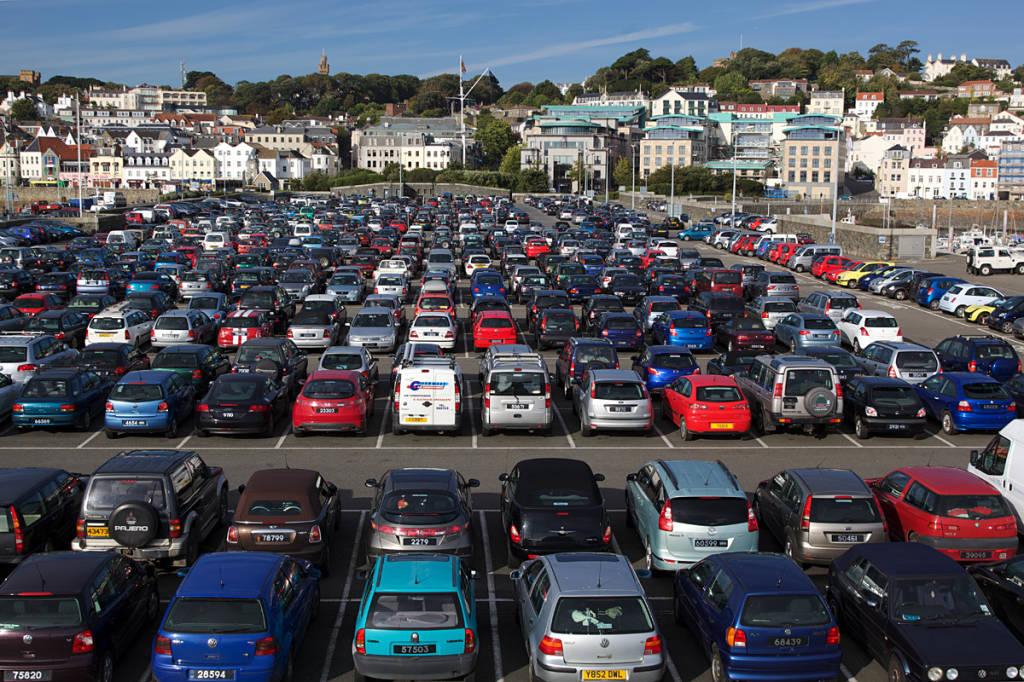 Большая парковка с автомобилями