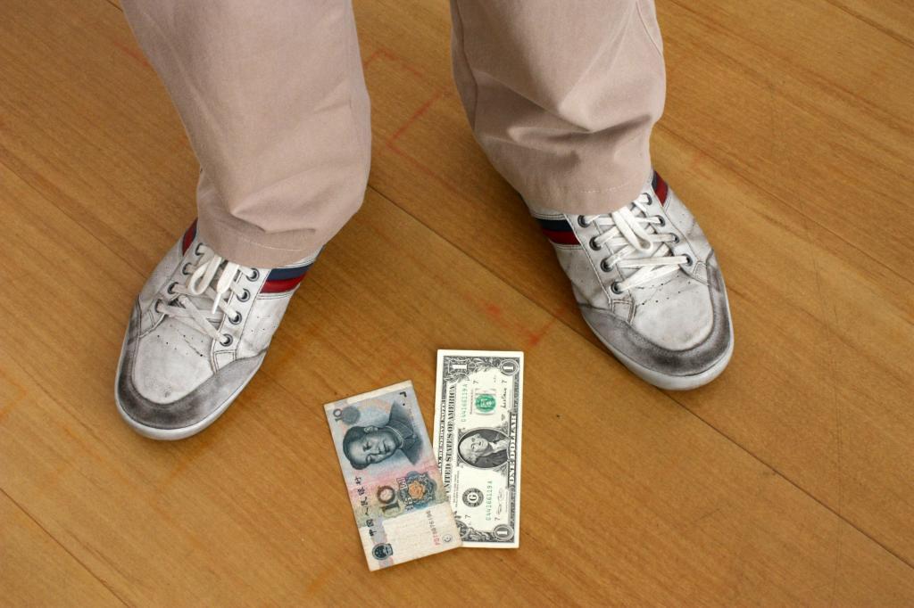 Деньги валяются на полу