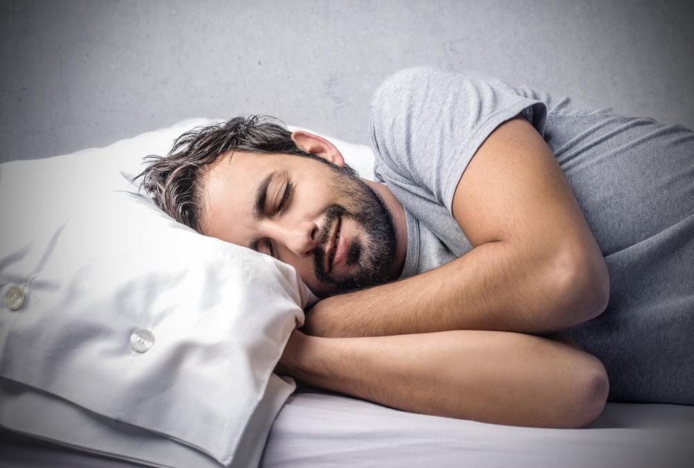Картинки мужчина спит в кровати, ролики марта