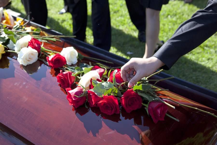 Цветы (розы) на гробу