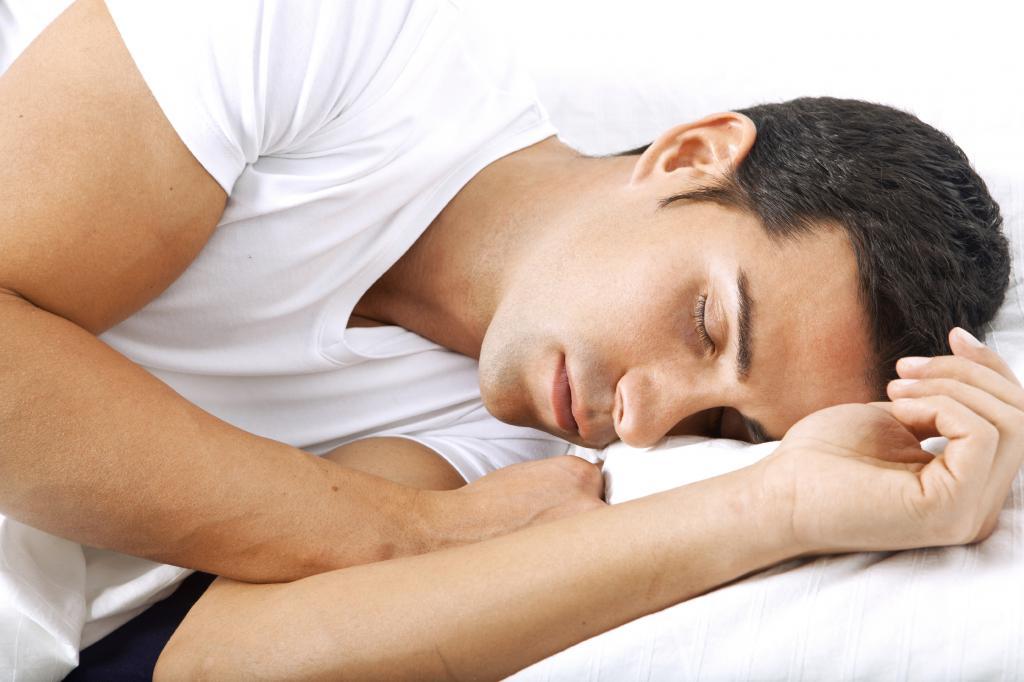 Мужчина мирно спит