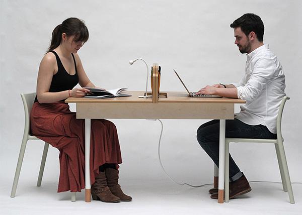 сидеть за столом с мужчиной