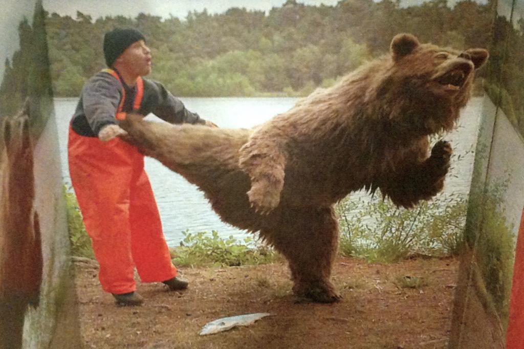 медведь бьет мужчину лапой