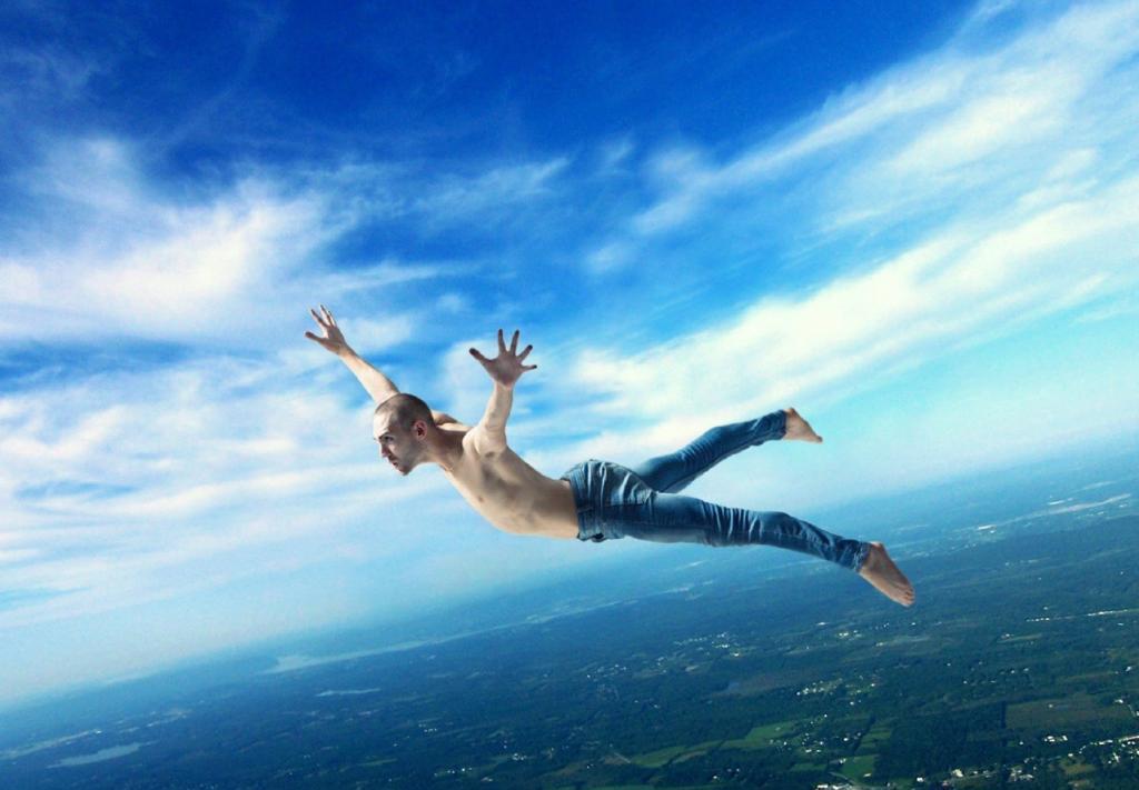 Мужчина падает с высоты.