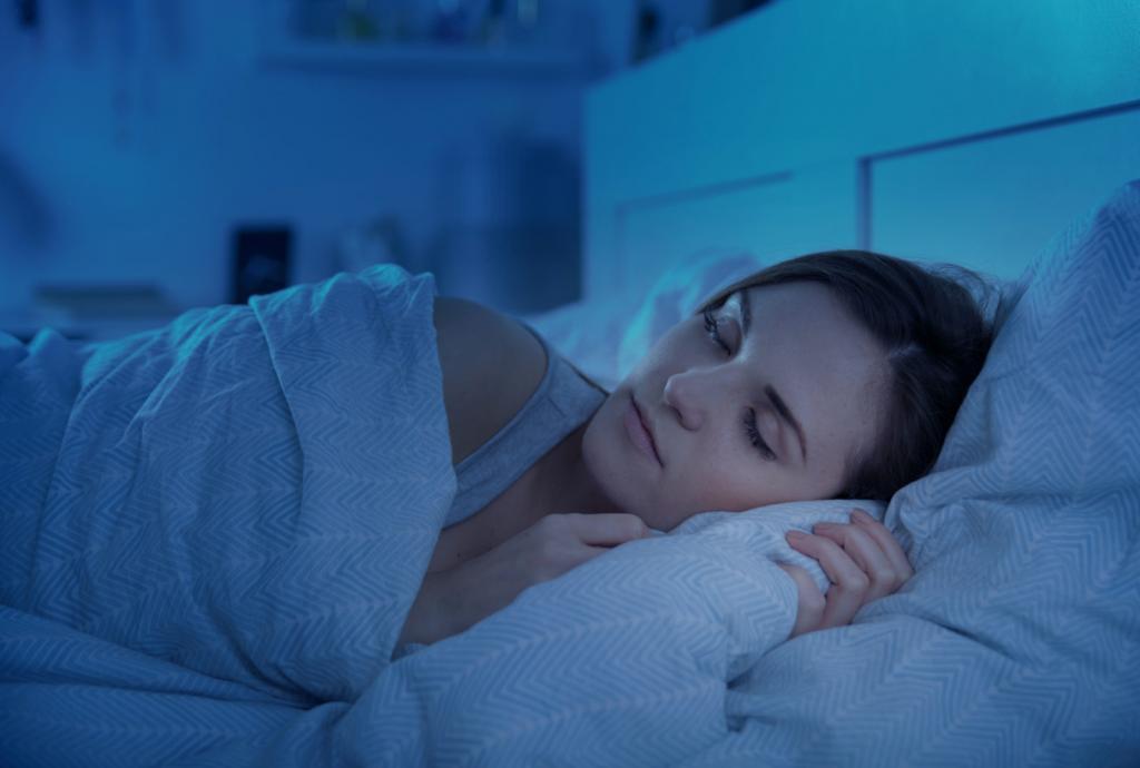 Девушка спит ночью.