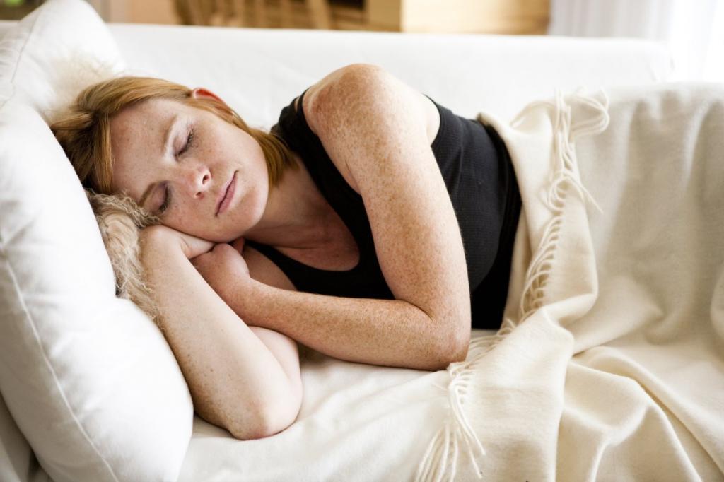 Рыжая девушка мирно спит.
