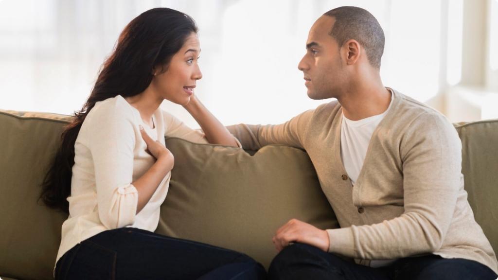 Девушка беседует с парнем