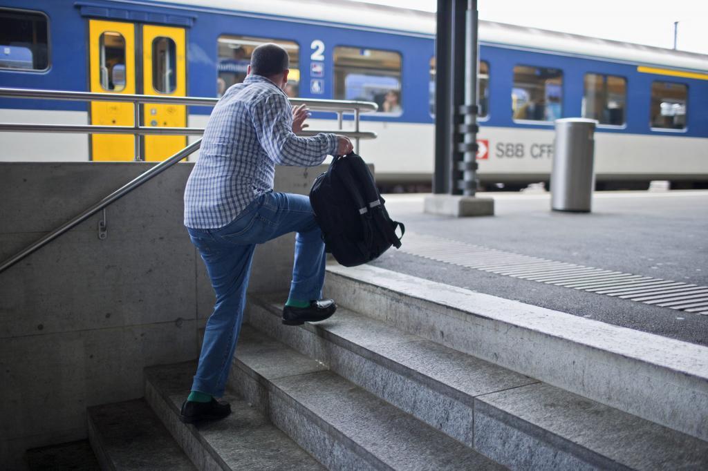 Парень догоняет уходящий поезд.