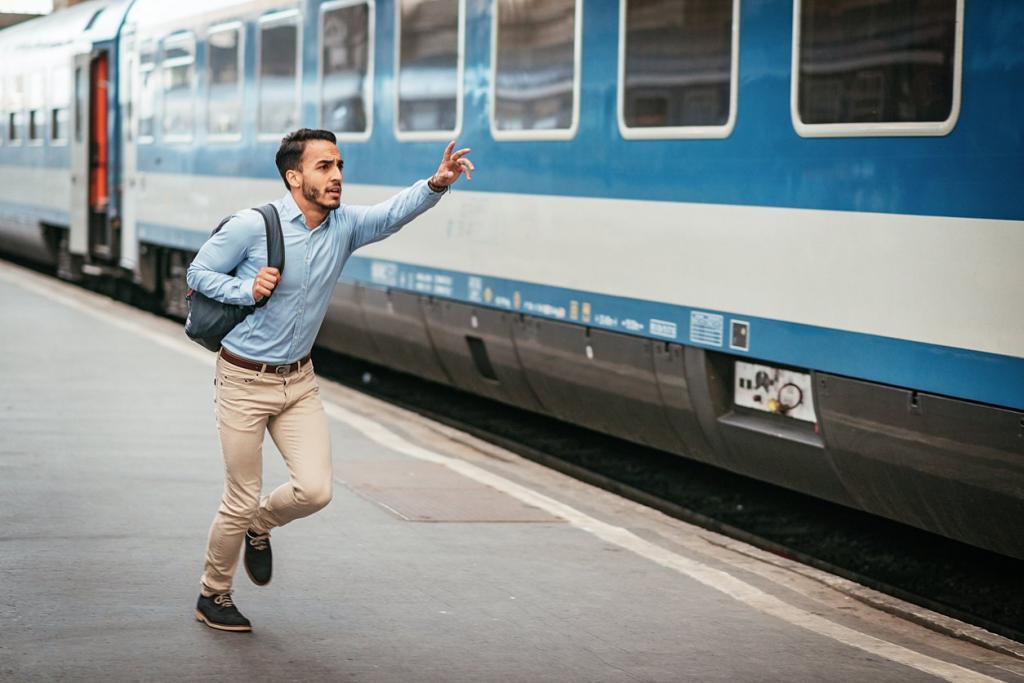 Опаздавший пытается остановить поезд.